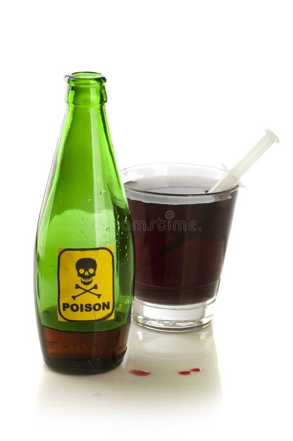 Giftflaska med etiketten och exponeringsglas arkivfoto