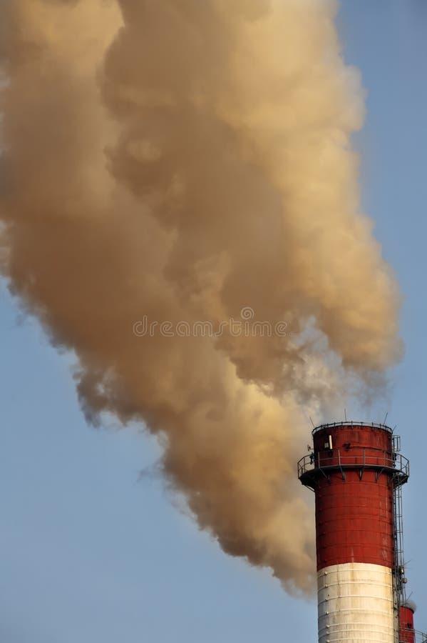 Giftige Wolke vom industriellen Kamin stockfotos