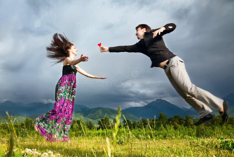 gifting的女朋友重点他的人 免版税库存图片