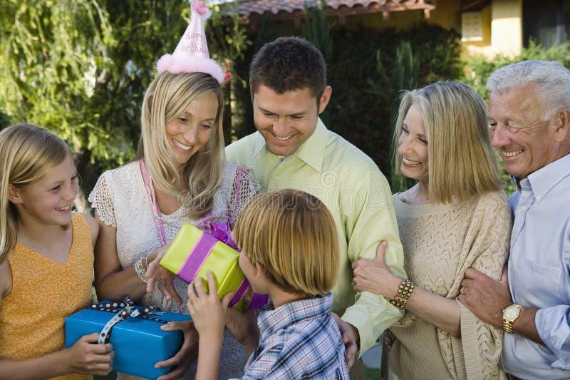 Gifting för tonårs- pojke moder royaltyfri bild