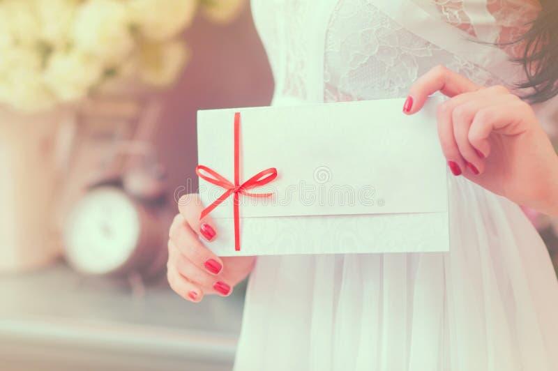 Giftkaart - close-up die van vrouw tekenkaart tonen stock foto's