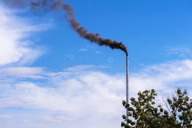 Giftlig rök är utsläppt från avgasrörröret av fabriken arkivbild