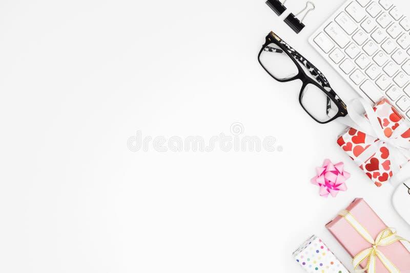 Giftvakje op bureaulijst Gelukkige Valentijnskaartendag en Gelukkig Verjaardagsconcept Mening van hierboven met exemplaarruimte vector illustratie