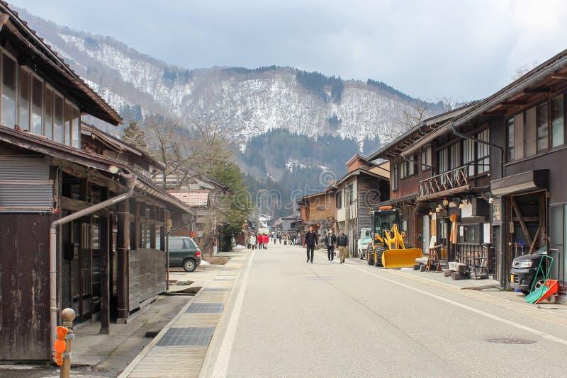 Gifu, Japón: 6 de marzo de 2016: Los turistas que viajan en pueblo del gassho-zukuri, shirakawa-van con la montaña del EL imagenes de archivo