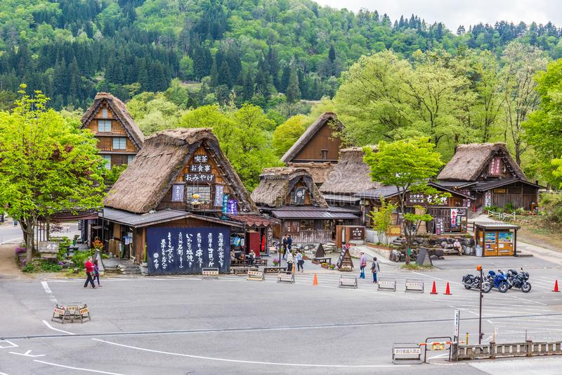 Gifu, JAPÓN - 9 de mayo de 2015: El pueblo japonés tradicional e histórico Shirakawago en Japón, Gokayama ha estado inscrito fotografía de archivo libre de regalías