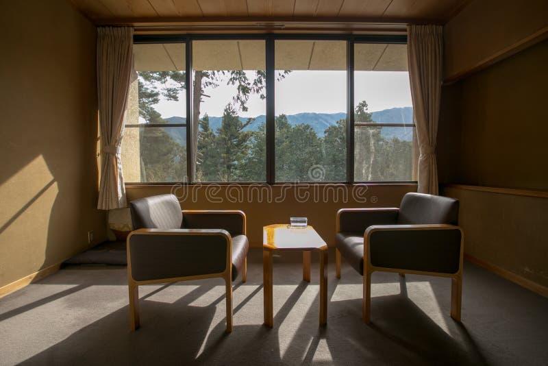 """Gifu, Japonia †""""Kwiecień 11, 2019: Japońskiego stylu żywy pokój w tradycyjnym ryokan hotelu obraz royalty free"""