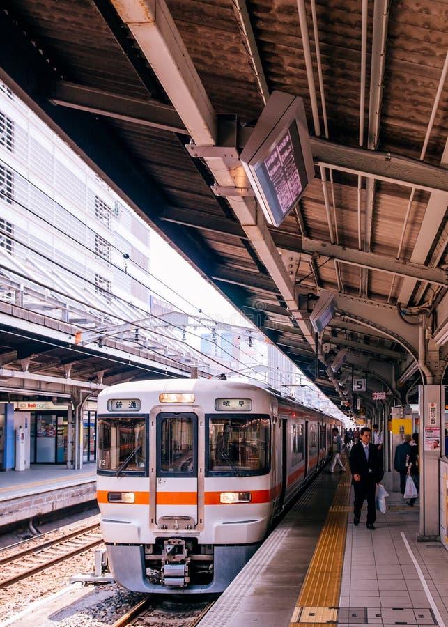 Gifu lokalnego pociągu przerwa przy platformą jr Chuo Główna linia przy Nagoya zdjęcie stock