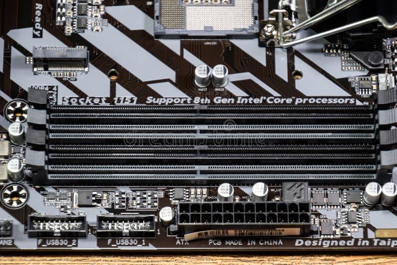 Gigabit de la placa madre para el procesador Intel Ranuras de la memoria foto de archivo