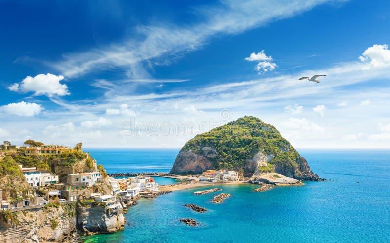 Gigant wioski Sant rockowy pobliski mały ` Angelo na Ischia wyspie, Ital obraz stock