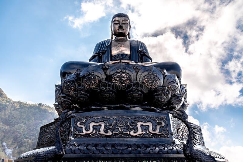 Giganta Buddha statua na wierzcho?ku niebieskie niebo i chmura w Sapa Fansipan halnego szczytu, t?o Pi?knego widoku, Wietnam fotografia stock