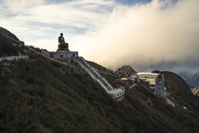Giganta Buddha statua na wierzcho?ku niebieskie niebo i chmura w Sapa Fansipan halnego szczytu, t?o Pi?knego widoku, Wietnam budd fotografia royalty free