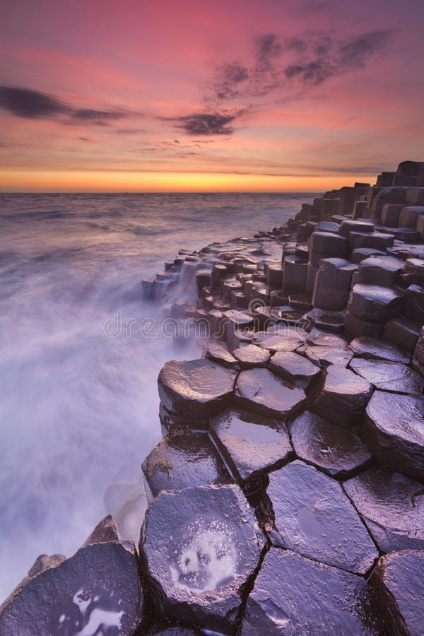 Giganta droga na grobli w Północnym - Ireland przy zmierzchem zdjęcie stock