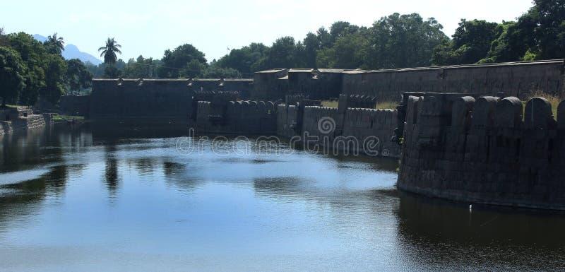 Giganta fortu i ściany battlements z odbiciem w okopie zdjęcia royalty free
