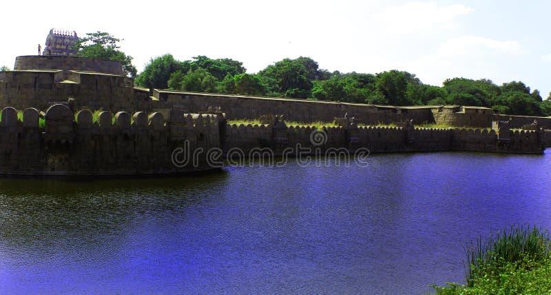 Giganta fortu i ściany battlements z odbiciem w okopie obrazy stock