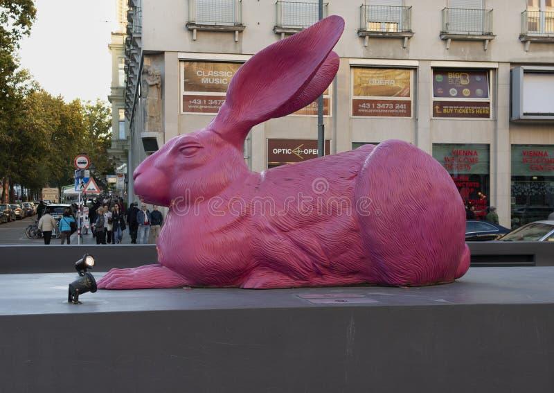Giganta królika różowa plastikowa rzeźba blisko Wiedeń stanu opery zdjęcie royalty free
