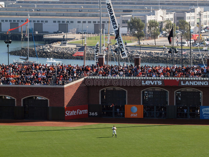 Giganta right fielder stojaki w pozyci z upakowanym blicharza sec obraz stock