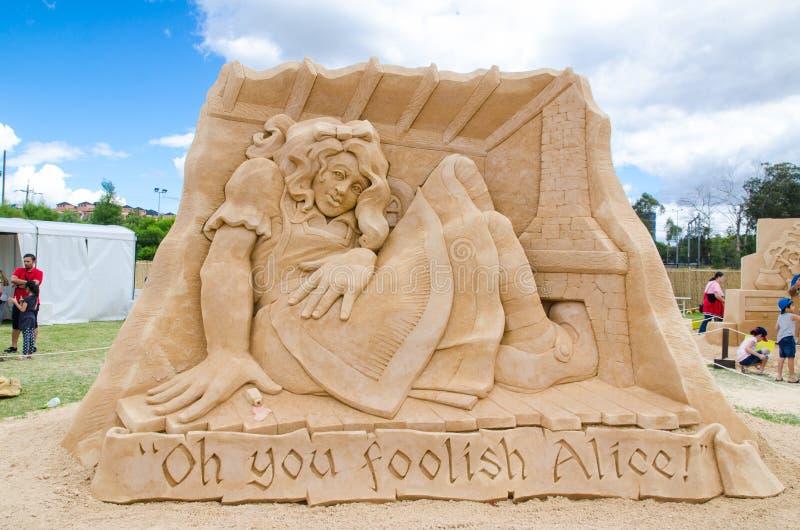 Gigante bonito Alice do ` da escultura da areia dentro da casa no ` de Alice na exposição do país das maravilhas, em Blacktown Sh fotos de stock royalty free