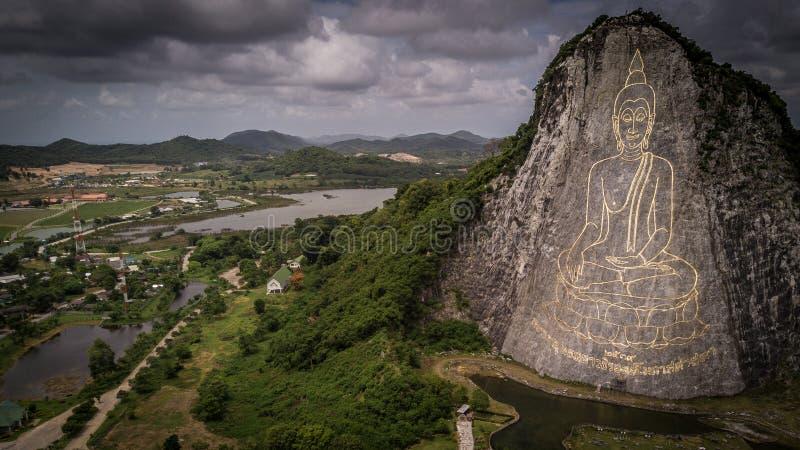 Gigante Buda que talla en una montaña foto de archivo libre de regalías