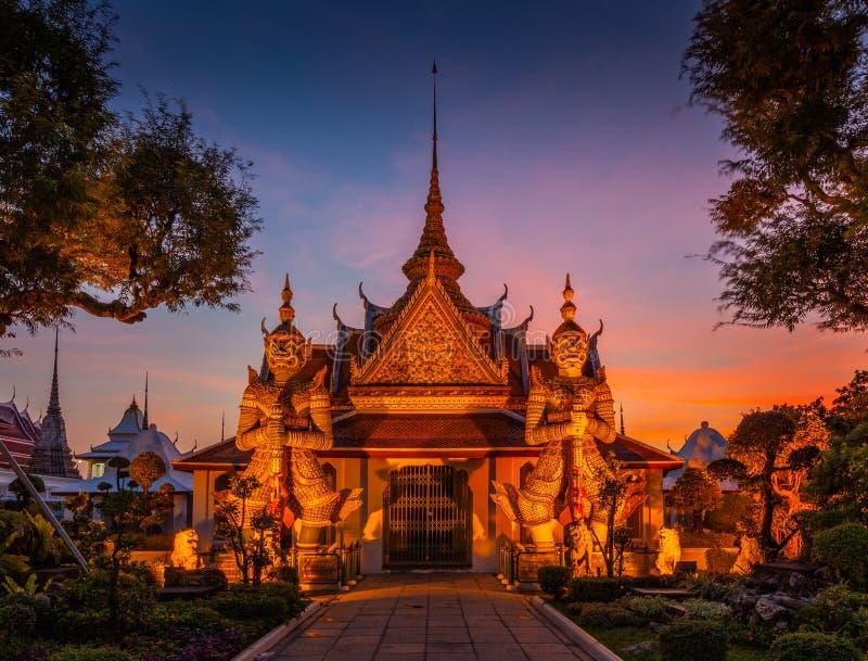 Gigante de duas estátuas em Wat Arun, Banguecoque, Tailândia imagem de stock
