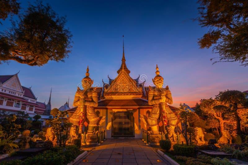 Gigante de duas estátuas em Wat Arun, Banguecoque, Tailândia imagem de stock royalty free