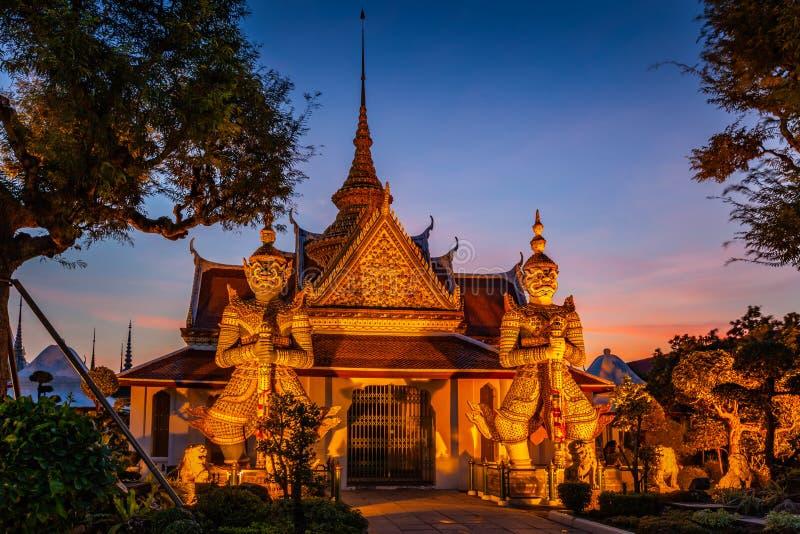 Gigante de duas estátuas em Wat Arun, Banguecoque, Tailândia imagens de stock royalty free