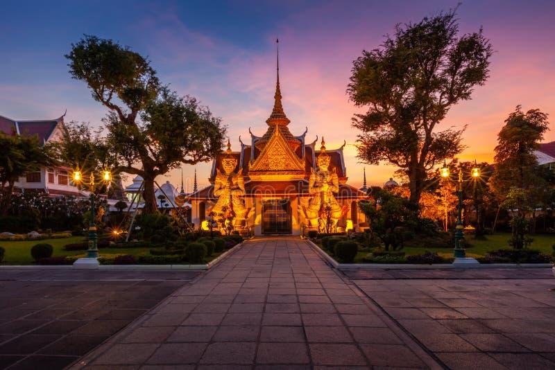 Gigante de duas estátuas em Wat Arun, Banguecoque, Tailândia fotos de stock