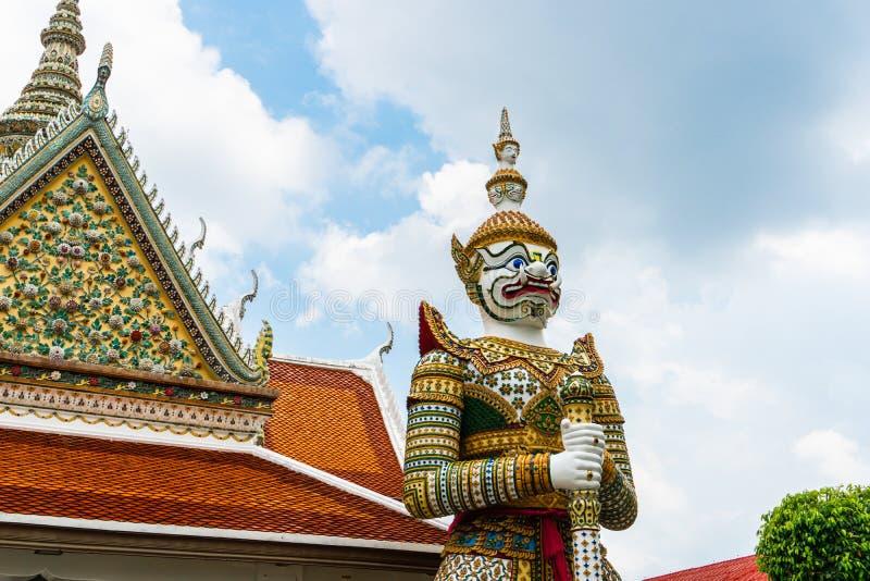 Gigante del guardiano, Wat Arun gigante e pagoda una delle tempie più sbalorditive a Bangkok, che caratterizza un'alta guglia in  fotografia stock libera da diritti