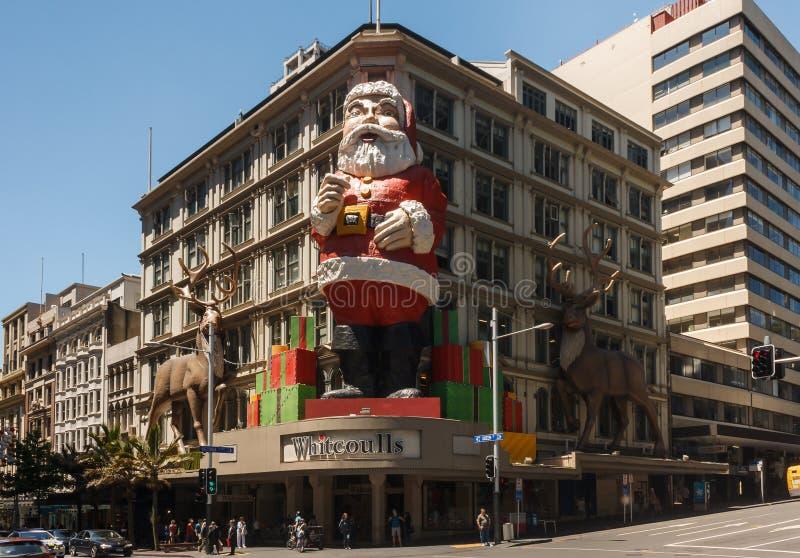 Gigante Santa Claus na fachada em Auckland fotografia de stock royalty free