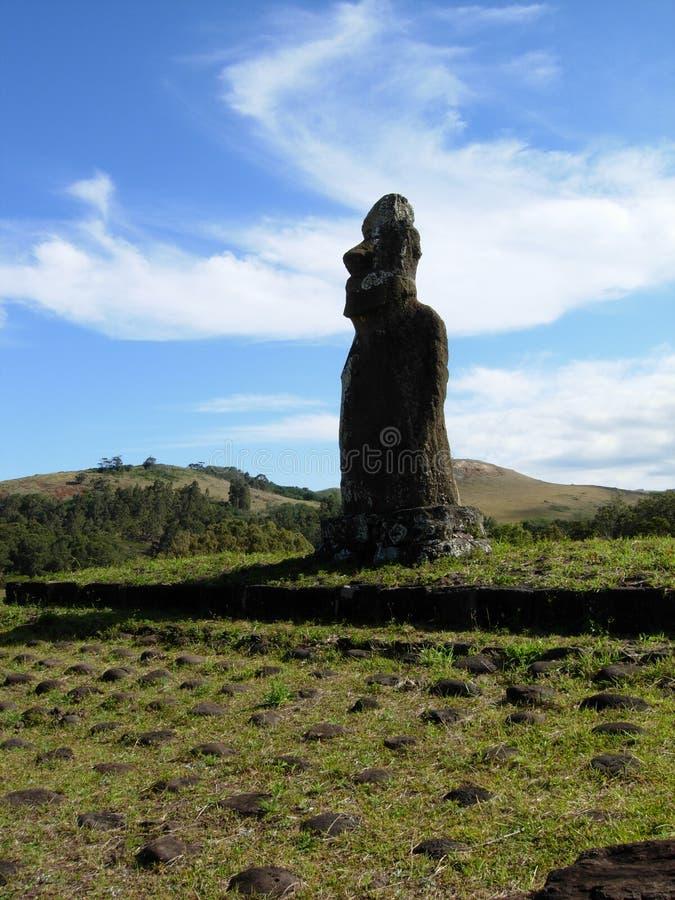 Gigante solitario Moai en la isla de pascua fotografía de archivo
