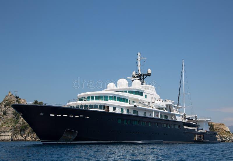 Gigantisch groot en groot luxejacht met zeilboot en helicopte stock afbeelding