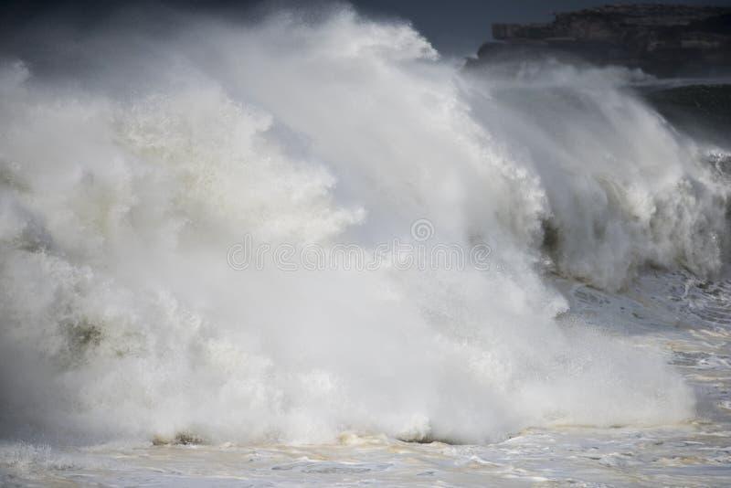 Gigantische stormachtige oceaanbranding royalty-vrije stock foto's