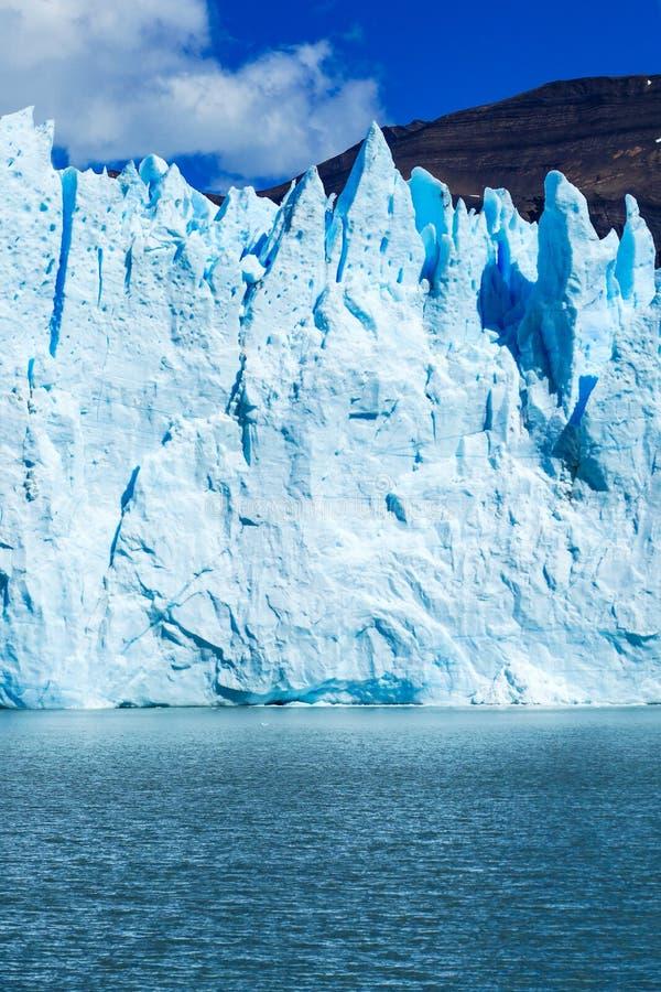 gigantische turkooise ijsmuur stock foto's