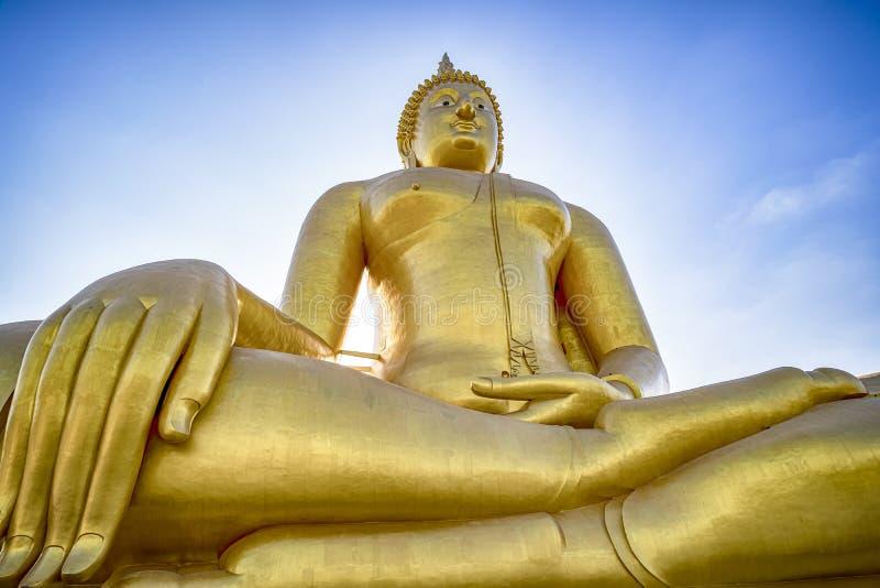 Gigantischer Goldener Buddha in Wat Muang in Thailand lizenzfreie stockfotografie