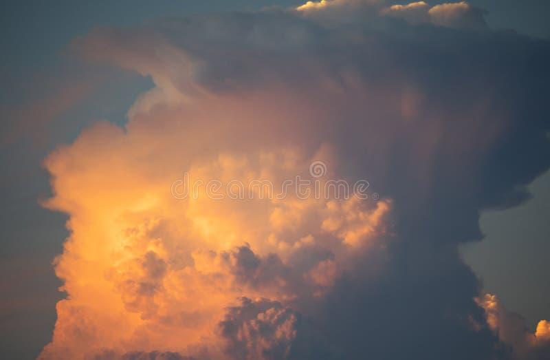 Gigantiskt cumulonimbusstäd royaltyfria foton