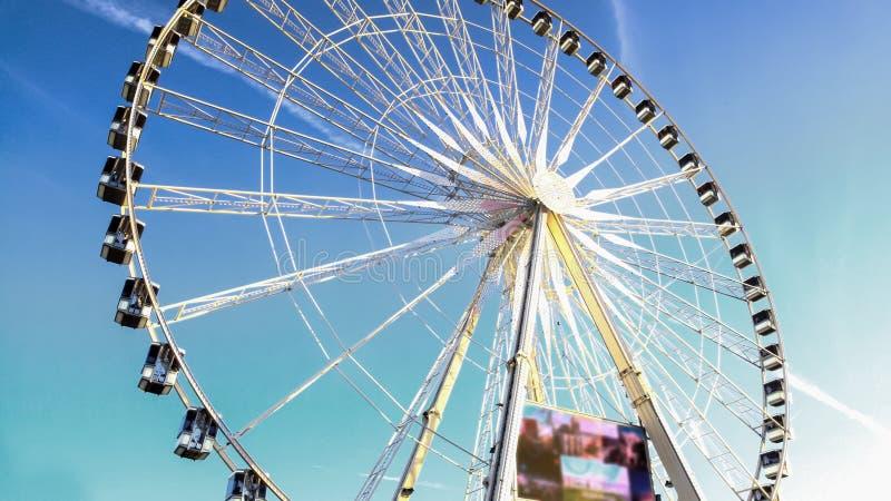 Gigantiskt observationshjul mot molnfri blå himmel, underhållning i Paris arkivbild