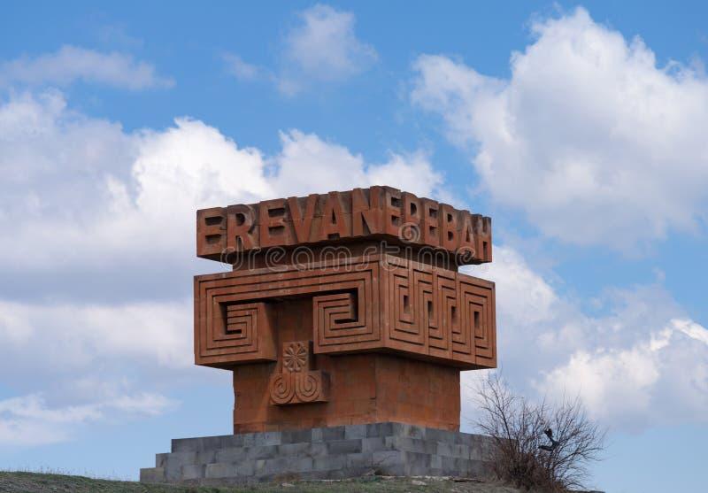 Gigantiskt rött stenYerevan tecken/skulptur vid sidan av vägen M4 arkivfoton