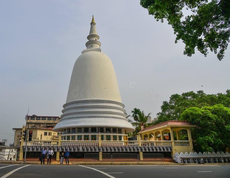 Gigantyczna Buddyjska stupa na ulicie Kolombo obrazy stock