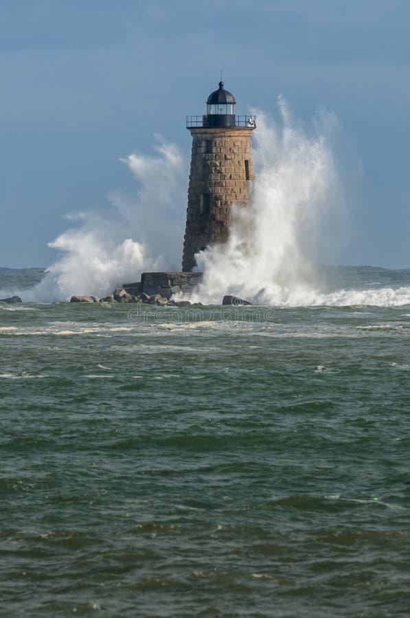 Gigantyczna fala obwódki kamienia latarnia morska w Maine zdjęcia stock