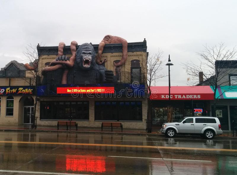 Gigantyczna goryla i ośmiornicy walka na budynku zdjęcie royalty free