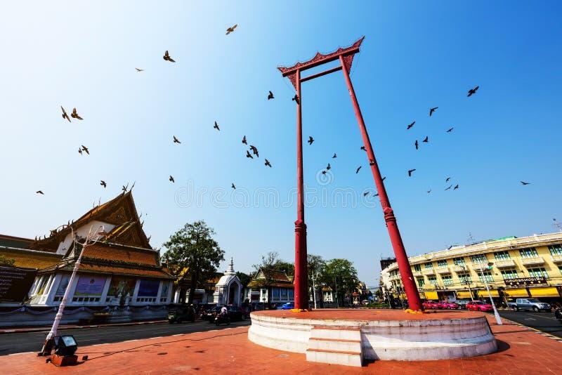 gigantyczna huśtawka z latającymi ptakami, Bangkok fotografia stock