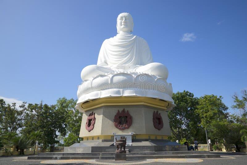 Gigantyczna rzeźba posadzony Buddha w Długiej syn pagodzie nha trang Vietnam obrazy stock