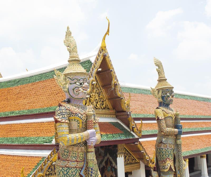 Gigantyczna statua przy świątynią Szmaragdowy Buddha w Uroczystym pałac zdjęcie royalty free