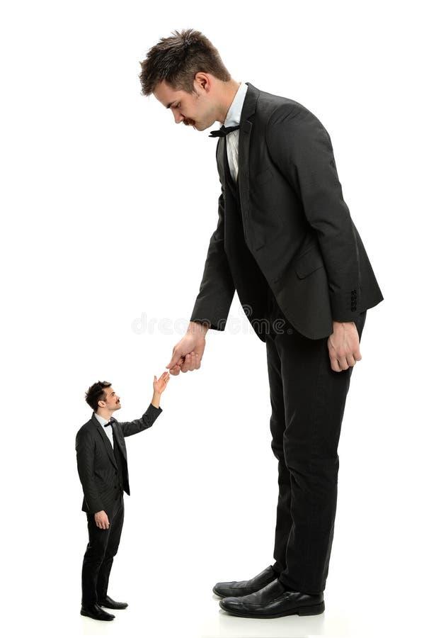 Gigantyczne biznesmena chwiania ręki Z Małym mężczyzna obrazy royalty free