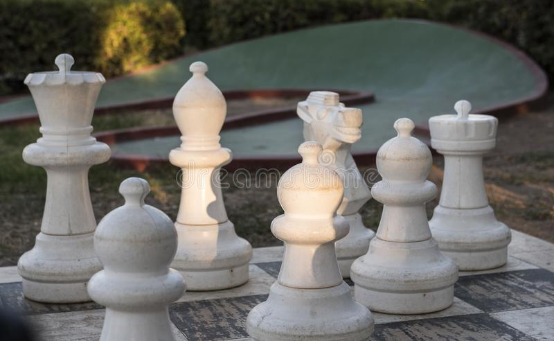 Gigantyczne szachy postacie na chessboard w parku obrazy stock