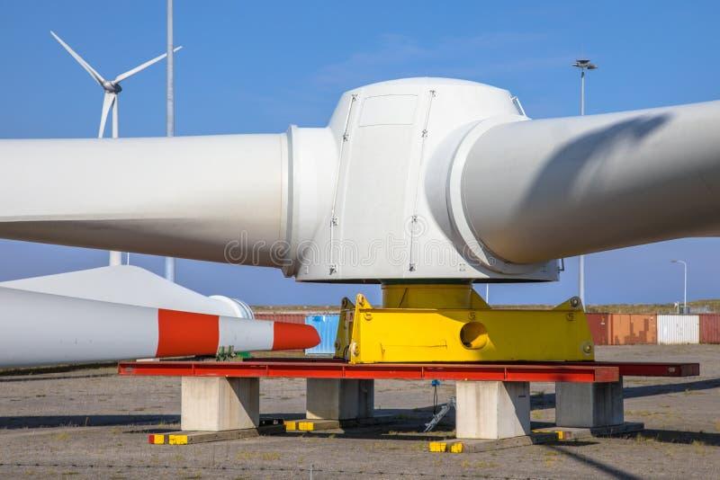 Gigantyczni rotory silnika wiatrowego czekanie dla transportu fotografia royalty free