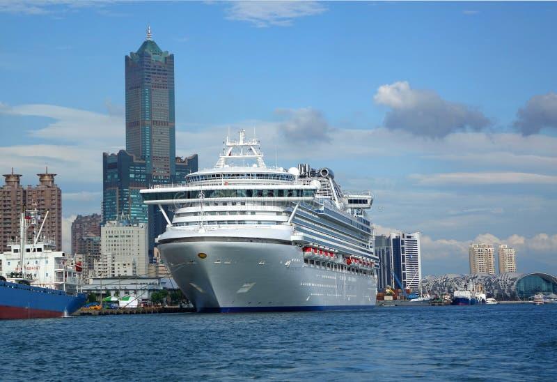 Gigantyczni statków wycieczkowych doki w Tajwan zdjęcia stock