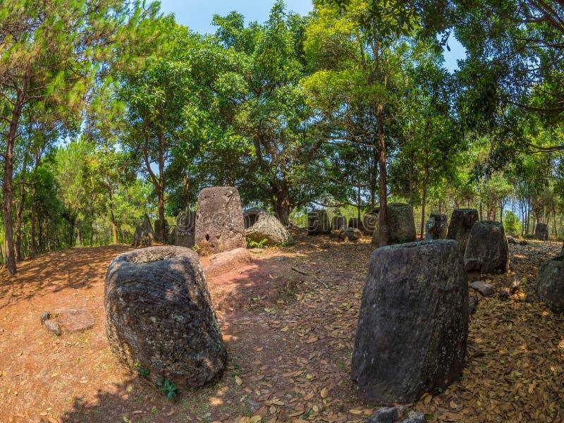 Gigantyczny Żelaznego wieka kamień zgrzyta w lesistej haliźnie Xiangkhoang plateau, obraz stock