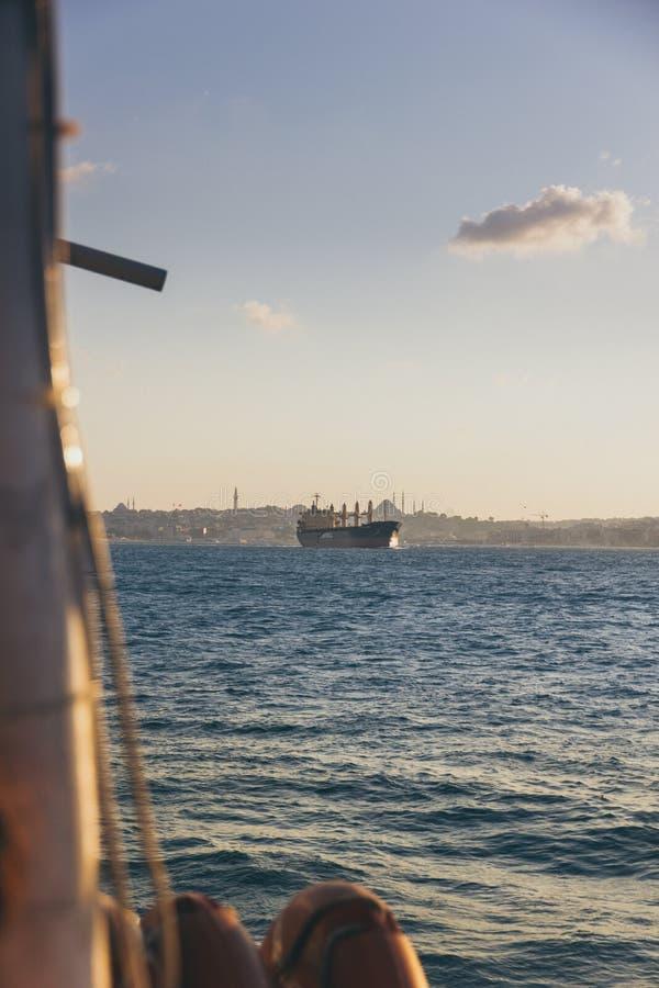 Gigantyczny argo działa nad Bosphorus obraz stock