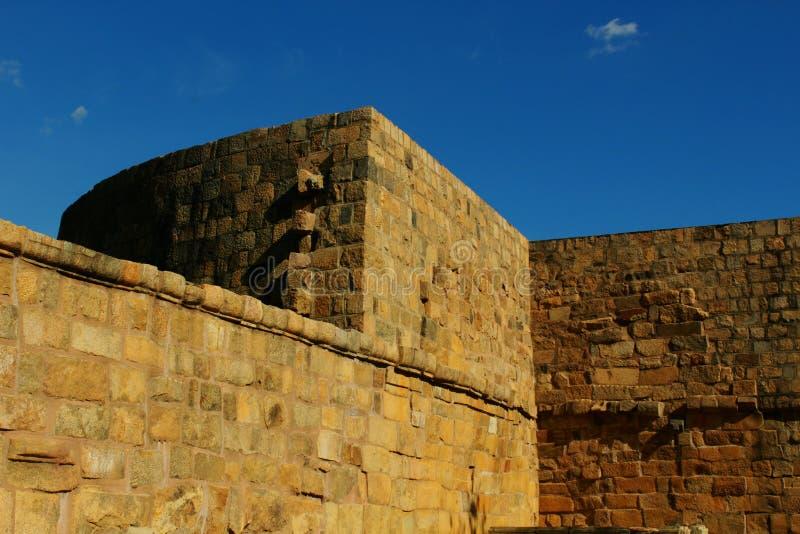 Gigantyczny battlement z niebem antyczna Brihadisvara świątynia w Gangaikonda Cholapuram, ind zdjęcia stock