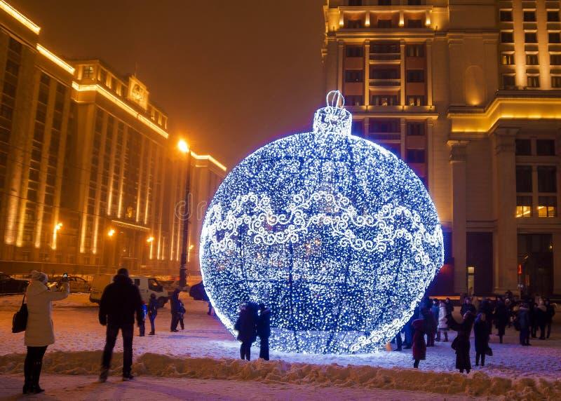 Gigantyczny boże narodzenie ornament na Manezh kwadracie w Moskwa, Rosja obrazy royalty free